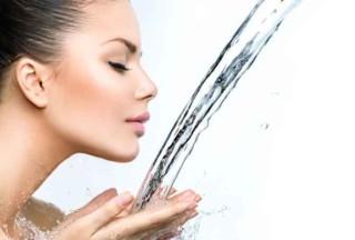 Wasser trinken gegen Falten